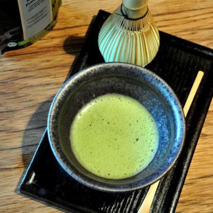 Matcha Tee Zeremonie mit Schale und Besen